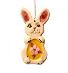 Nyúl, sárga tojás, rózsaszín virág levelekkel, krémes
