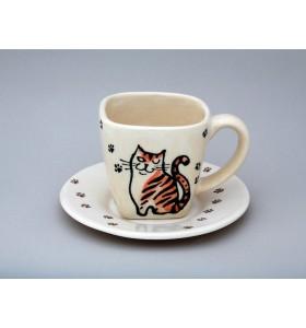 Bögre és tányér ülő cicussal