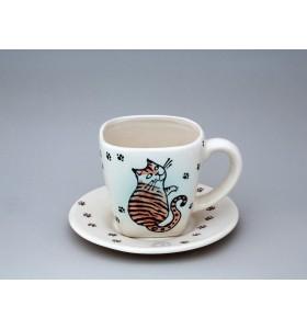 Bögre és tányér heverésző cicussal