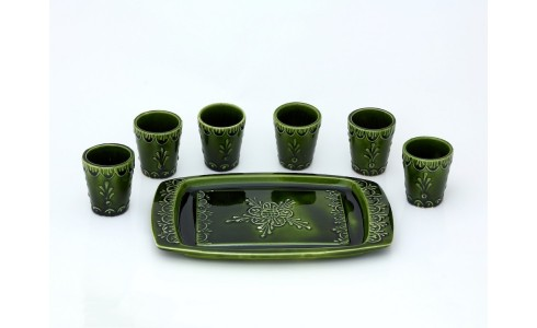 Pálinkás poharak tálcán, zöld