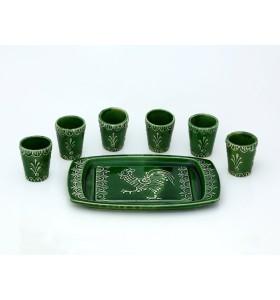 Pálinkás poharak tálcán, fű zöld